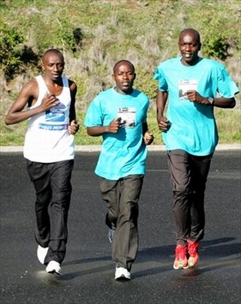 Tre fondisti africani al defaticamento dopo una gara